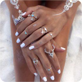 Събрани ръце с красиви орнаменти