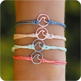 Различни по цвят гривни със символ морска вълна