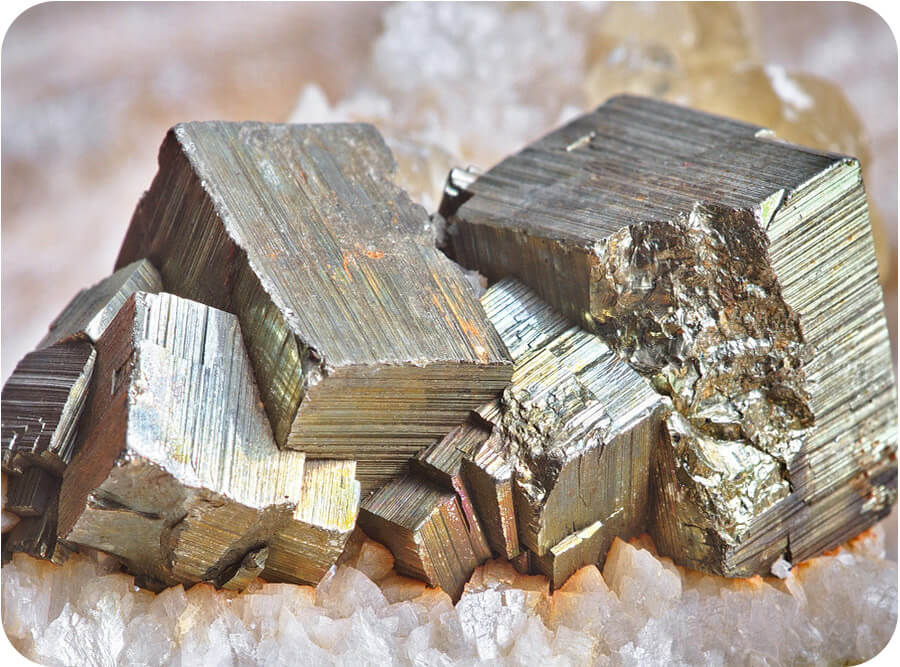 Снимка на златист Пирит върху камъчета.
