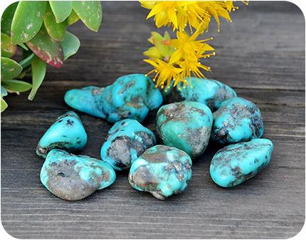 Няколко на брой сини камъка.